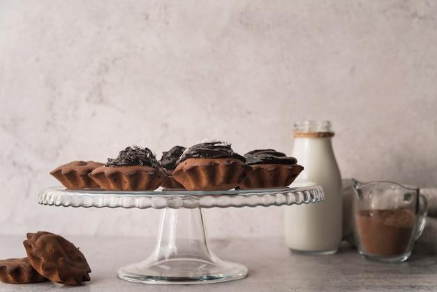 Muffin al cioccolato vista frontale con latte