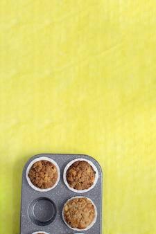 Muffin al forno freschi su giallo luminoso