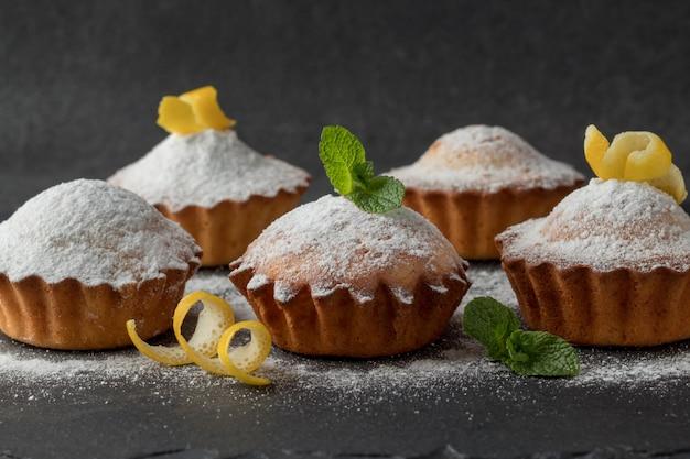 Muffin al limone saporiti con zucchero in polvere sul piatto dell'ardesia