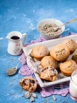 Muffin alla lavanda sul vassoio per la colazione