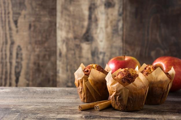 Muffin alle mele e cannella sulla tavola di legno. copia spazio
