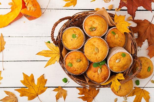 Muffin appetitosi e rubicondi con zucca e noce.
