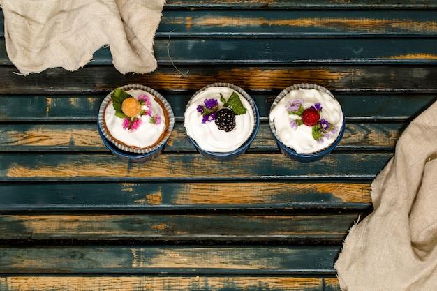 Muffin belli con bacche su fondo in legno noci miele