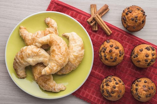 Muffin, cannella e croissant