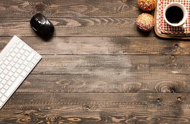 Muffin casalinghi deliziosi con yogurt su un fondo di legno con spazio per testo.
