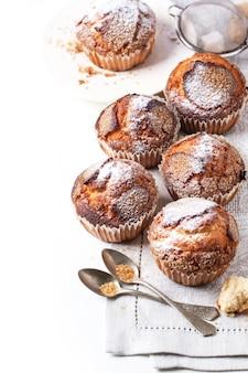 Muffin casalinghi sopra bianco