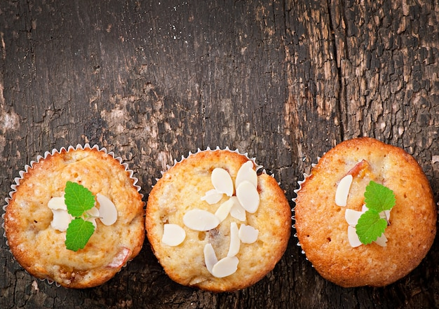 Muffin con prugne e petali di mandorla decorati con foglie di menta