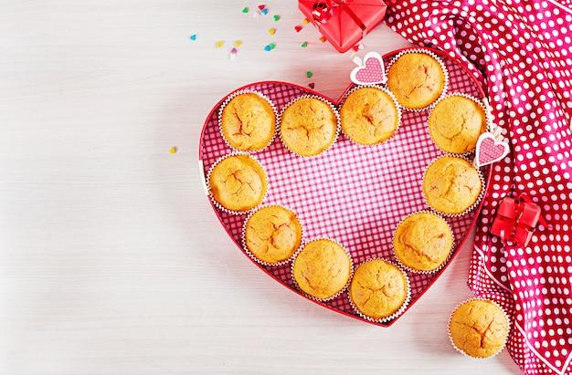Muffin con zucca. cupcakes con decorazioni di san valentino. distesi. vista dall'alto.