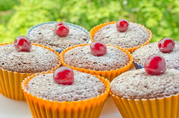 Muffin contro uno sfondo verde (come concetto di picnic)