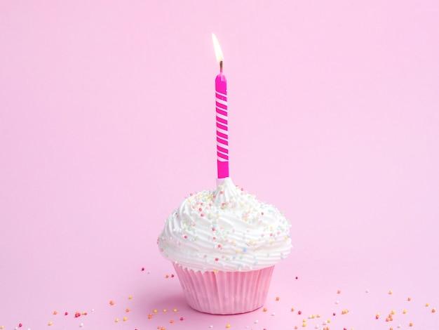 Muffin delizioso compleanno con candela rosa
