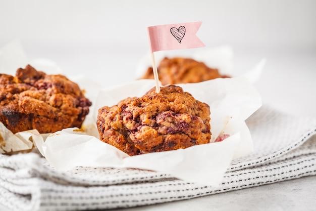 Muffin della vegano della bacca su fondo bianco, alimento di san valentino.