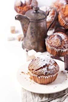 Muffin dello zucchero sopra bianco