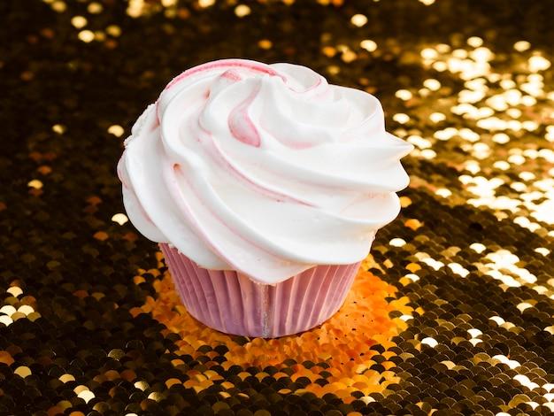 Muffin di compleanno delizioso primo piano