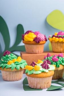 Muffin di dessert creativo con decorazione color crema