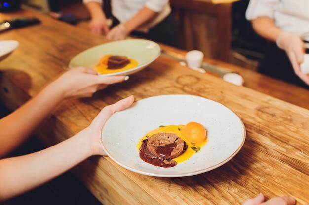 Muffin di pepita di cioccolato di zucca freschi con zucche.