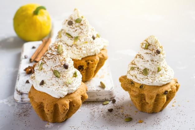 Muffin di zucca autunnale con spezie, gocce di cioccolato e zucca