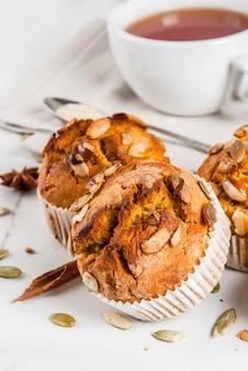 Muffin di zucca con spezie e tè tradizionali di caduta
