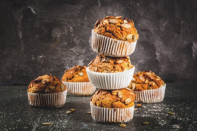 Muffin di zucca con spezie tradizionali caduta sul tavolo di taglio in legno