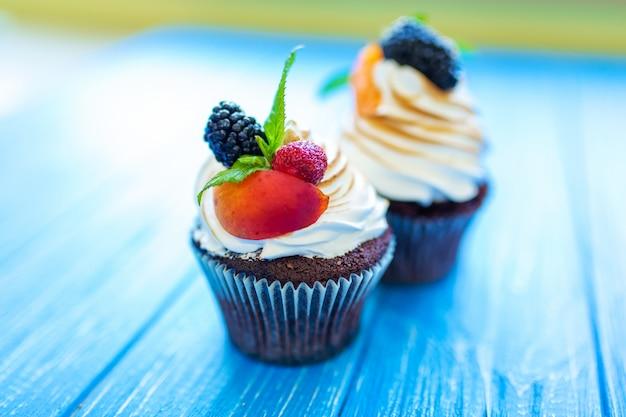 Muffin dolci di recente al forno sul blu. dolci, ricette, cucina