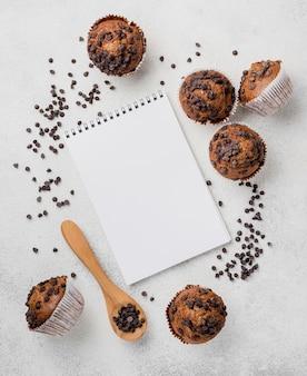 Muffin e blocco note di gocce di cioccolato