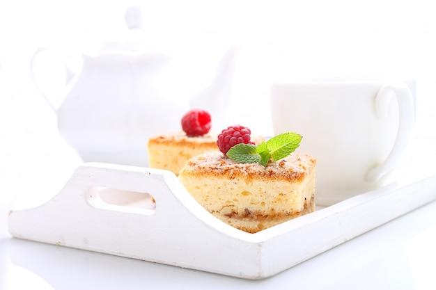 Muffin fatti in casa con noci, cannella e zucchero su uno sfondo chiaro