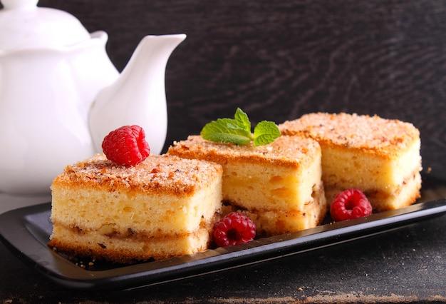 Muffin fatti in casa con noci, cannella e zucchero su uno sfondo scuro