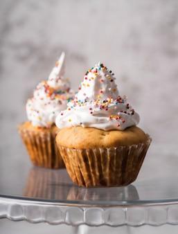 Muffin fatti in casa deliziosi del primo piano con guarnizione