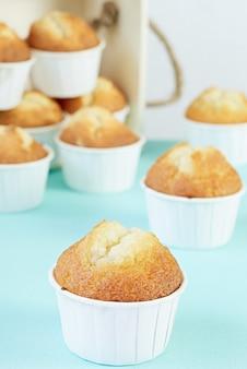 Muffin fatti in casa su uno sfondo blu