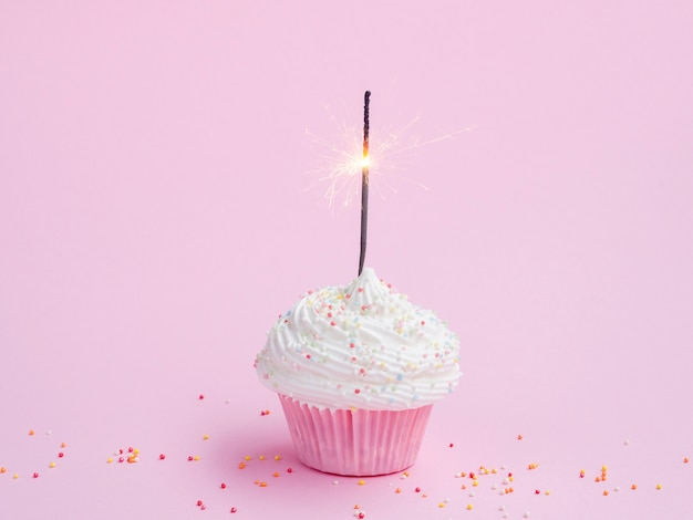 Muffin gustoso compleanno su sfondo rosa