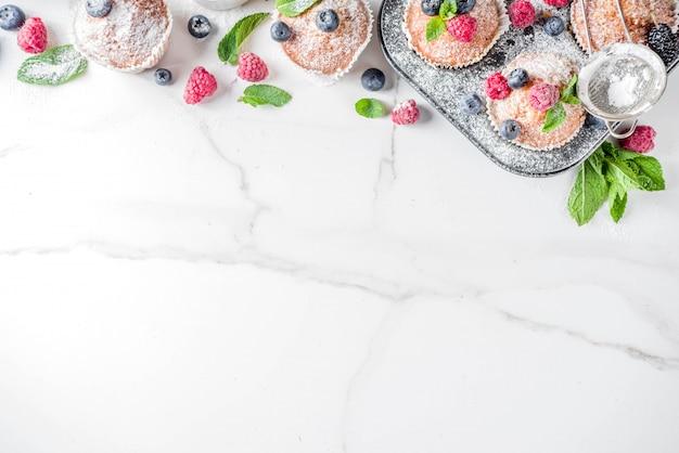 Muffin o cupcakes con frutti di bosco