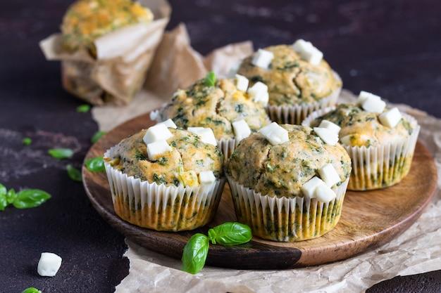 Muffin salati con spinaci e formaggio feta.