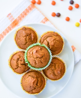 Muffin sani della spezia della zucca in un piatto bianco