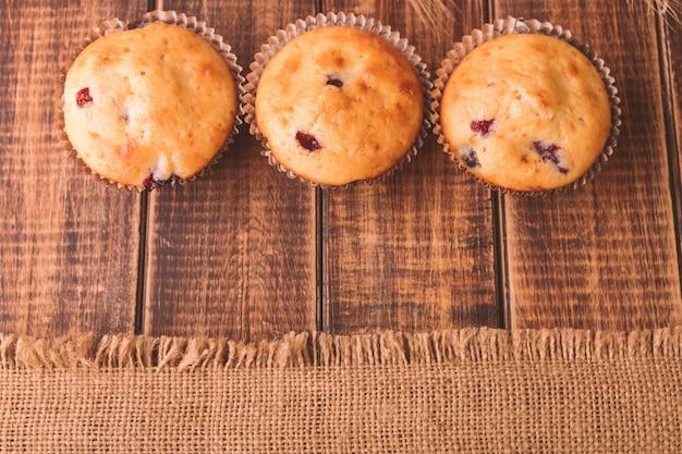Muffin su legno su stile rustico. cupcake al ribes. copyspace. vista dall'alto.