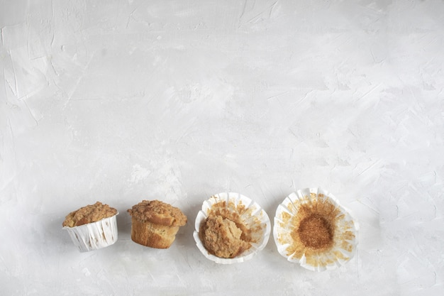 Muffin troppo mangiati e mangiati per metà