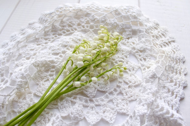 Mughetto dei fiori bianchi in primavera