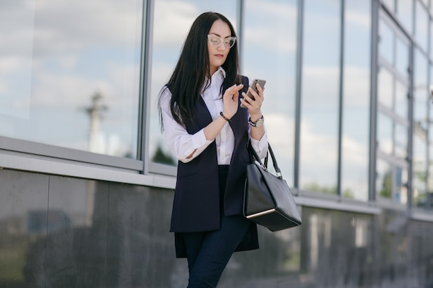 Mujer joven mirando móvil un