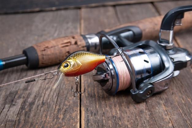 Mulinello da pesca e esche da pesca sulla tavola di legno