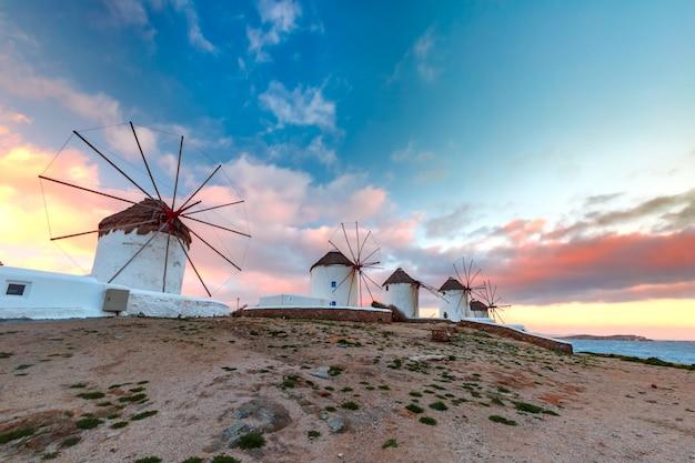 Mulini a vento bianchi tradizionali ad alba, mykonos, grecia