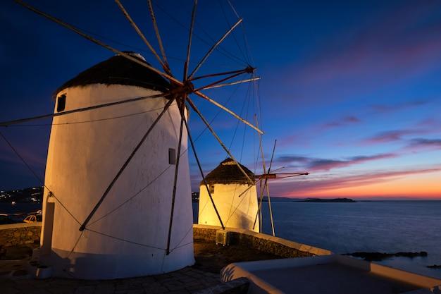 Mulini a vento greci tradizionali sull'isola di mykonos ad alba, cicladi, grecia