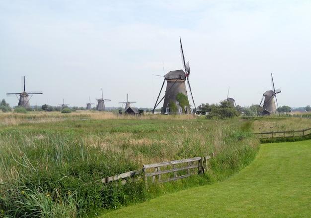 Mulini a vento olandesi storici a kinderdijk, sito del patrimonio mondiale dell'unesco nei paesi bassi
