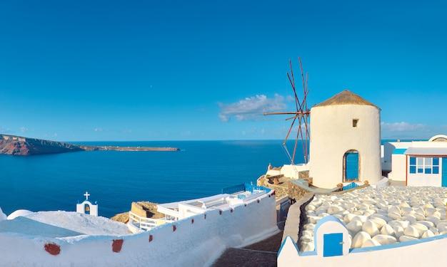 Mulino a vento e appartamenti tradizionali nel villaggio di oia, santorini, grecia