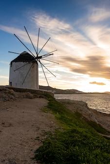 Mulino a vento iconico a mykonos, isole cicladi, grecia