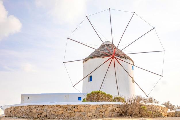 Mulino a vento su una collina vicino al mare sull'isola di mykonos, in grecia