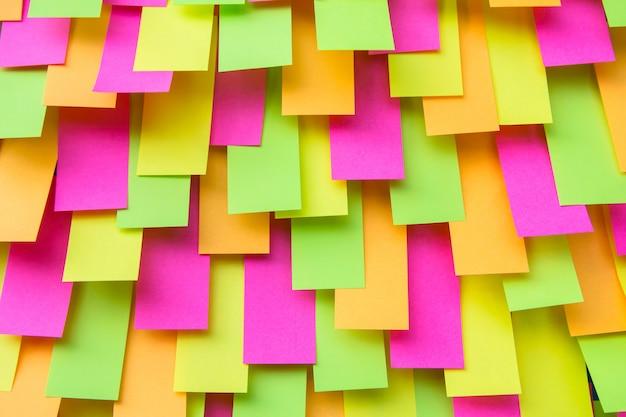 Multi adesivo colorato della nota dell'alberino, nota di carta, fondo appiccicoso delle note