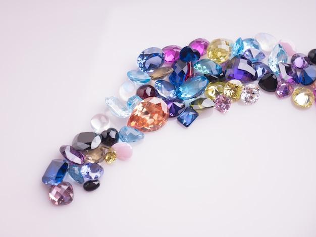 Multi colore di pietre preziose o gemme sul tavolo nero lucido