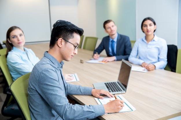Multi-etnico business people assistere seminario