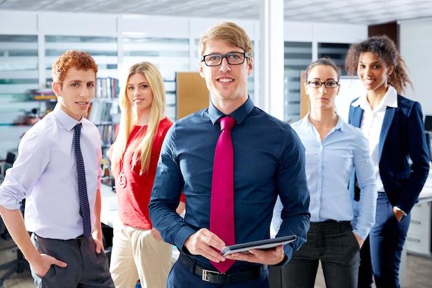 Multi lavoro di squadra etnico biondo giovane uomo d'affari