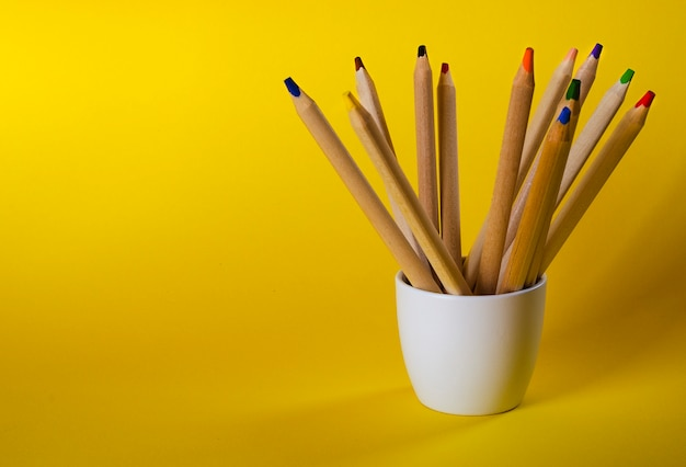 Multi matite colorate su giallo