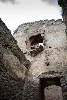Mura difensive e fortificazioni di un castello medievale.