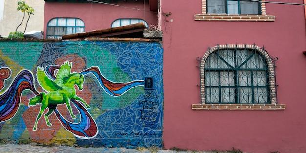Murale su un muro di casa, guadalupe, san miguel de allende, guanajuato, messico